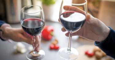 sujetando copas de vino