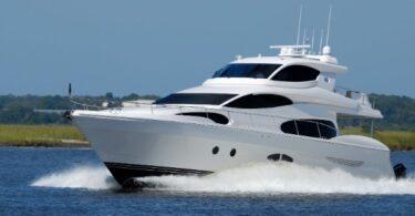 Barco de lujo navegando