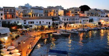 Puerto en bonita ciudad atardecer