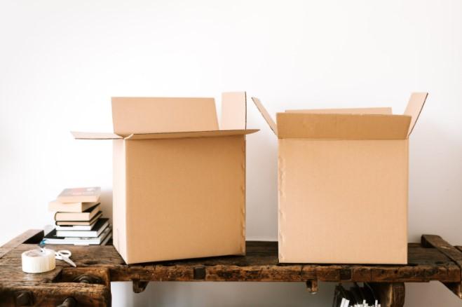 Dos cajas de carton montadas sobre mesa de madera