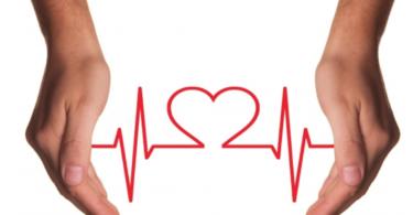 Manos sujetando linea de pulso con forma de corazón