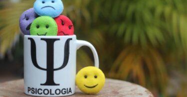 Taza con logo psicologia y emojis de sentimientos