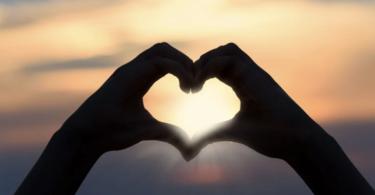 manos haciendo un corazon
