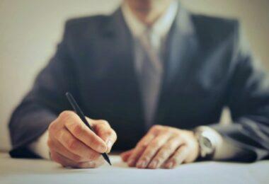 notario firmando